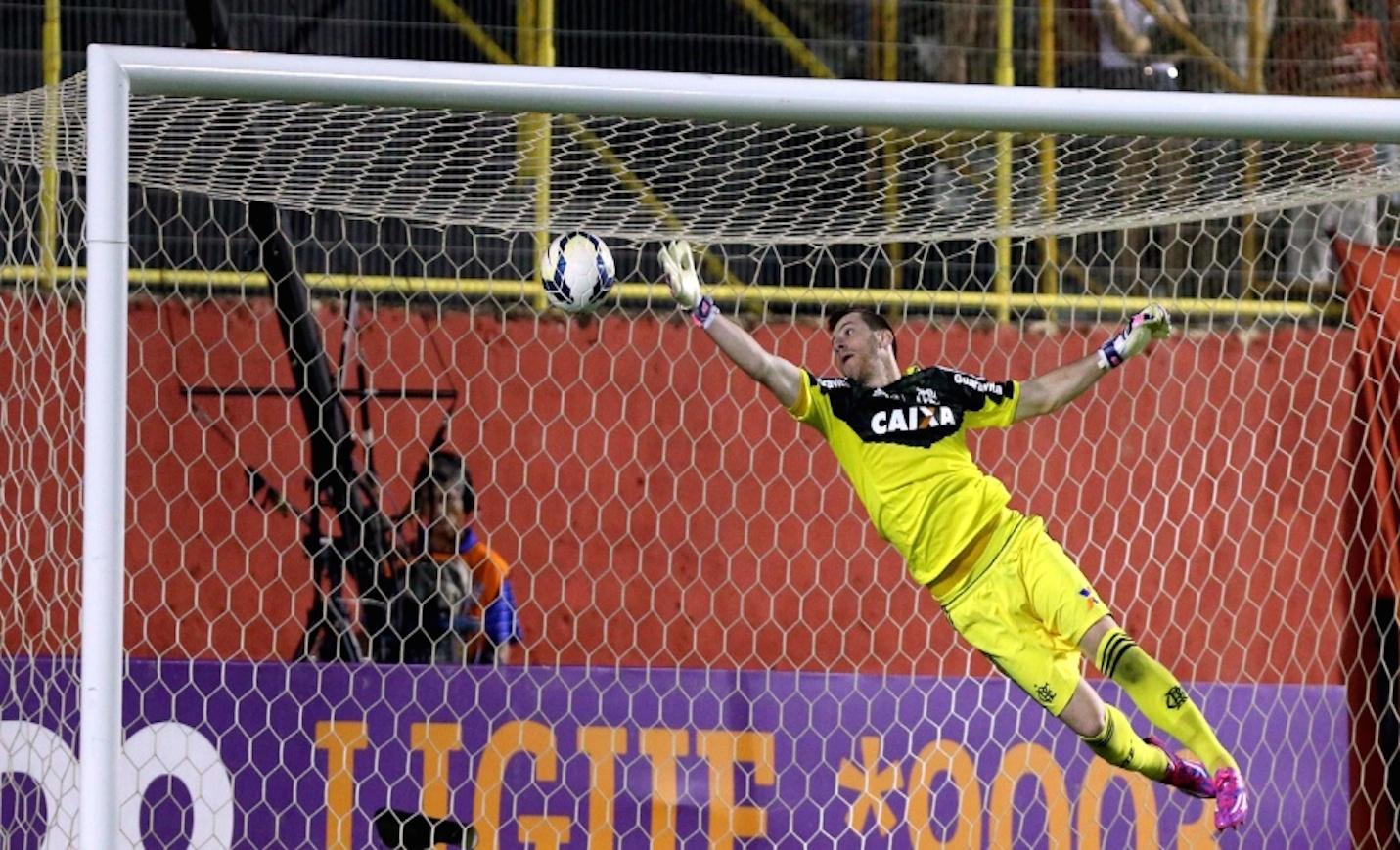 goleiro-paulo-victor-voa-para-defender-finalizacao-durante-jogo-entre-flamengo-e-vitoria-no-barradao-1409527868311_956x500