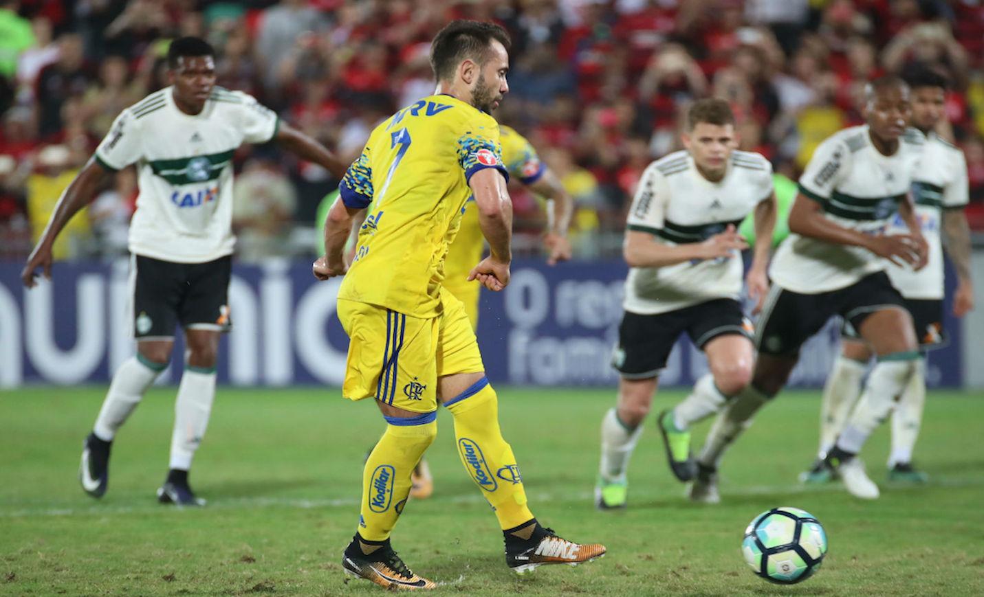 Everton Ribeiro cobra pênalti com estilo. Foto: Gilvan de Souza/Flamengo/Divulgação.