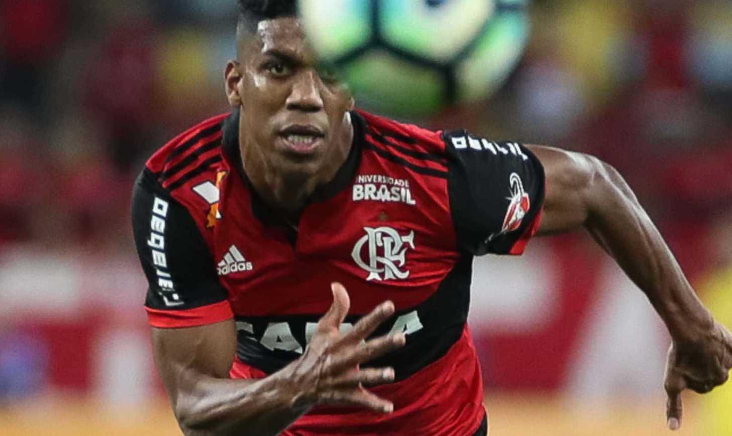 Berrío olha a bola no Maracanã. Foto: Gilvan de Souza/Flamengo