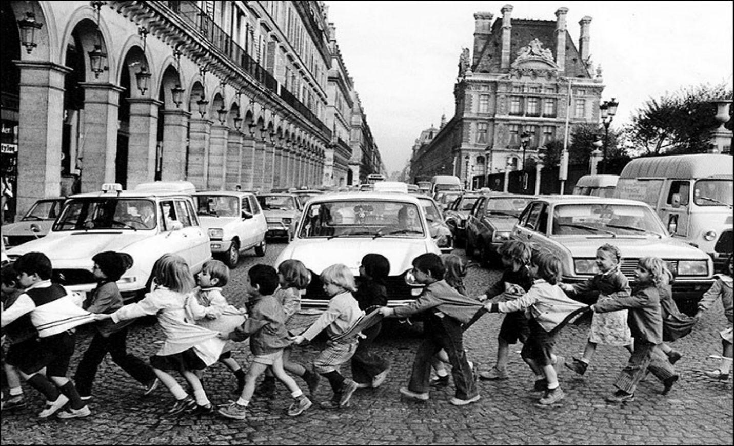 robert_doisneau__les_tabliers_de_la_rue_de_rivoli_1978