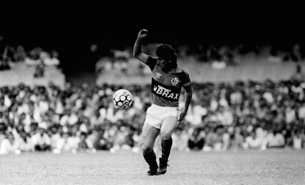 o-atacante-zico-domina-a-bola-durante-a-partida-do-flamengo-contra-o-santos-fc-rio-de-janeiro-1988-foto-de-homero-sergiofolhapres